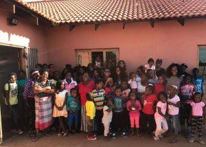 Groepsfoto van alle kinderen van alle huizen bij elkaar, bij casa Gemma